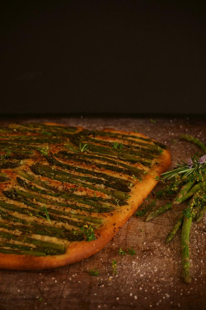 Focaccia mit grünem Spargel & mediterranen Kräutern