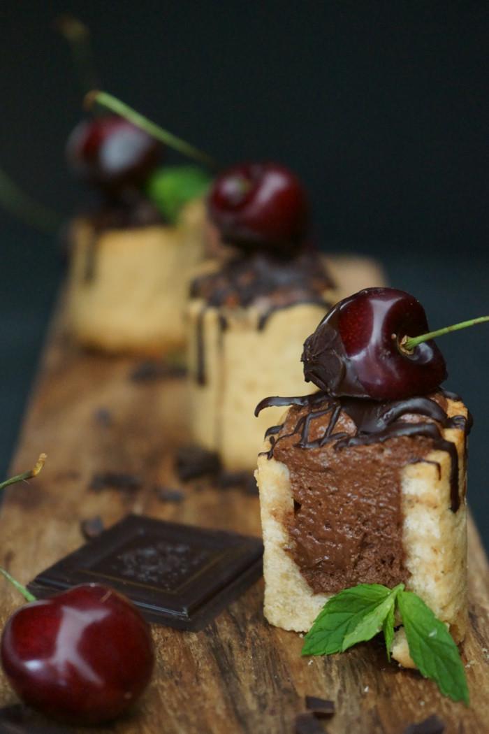 Gefüllte Cookie-Becher mit Mousse au Chocolat