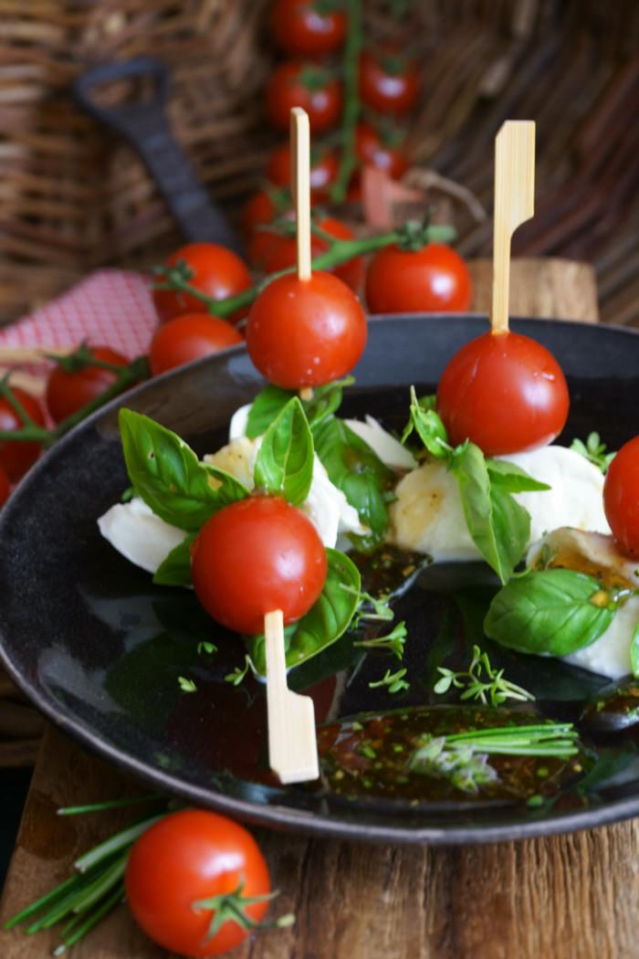 Tomate-Mozzarella-Sticks mit Honig-Rosmarin-Vinaigrette