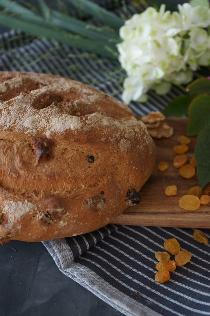 Dinkel - Sauerteig Brot mit Wallnüssen und gelben Rosinen