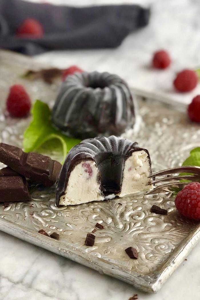 Mini Vanilleeis Gugelhupfe mit frischen Himbeeren