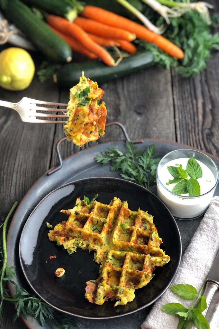 Zucchini-Möhren-Waffeln mit Zitronen-Minz-Joghurt