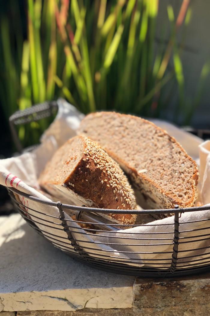 Dinkel-Vollkorn-Brot mit Honig, Nüssen und Rosmarin
