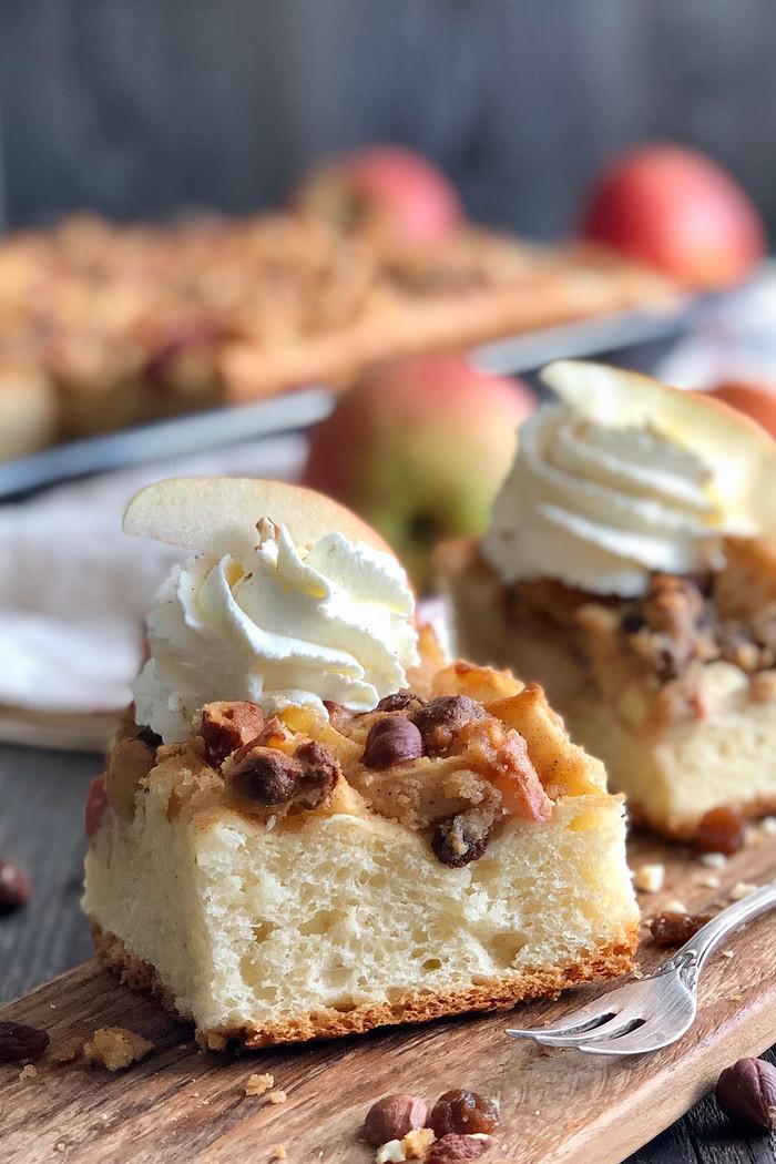 Bratapfelkuchen mit Marzipan, Sultaninen und Nüssen