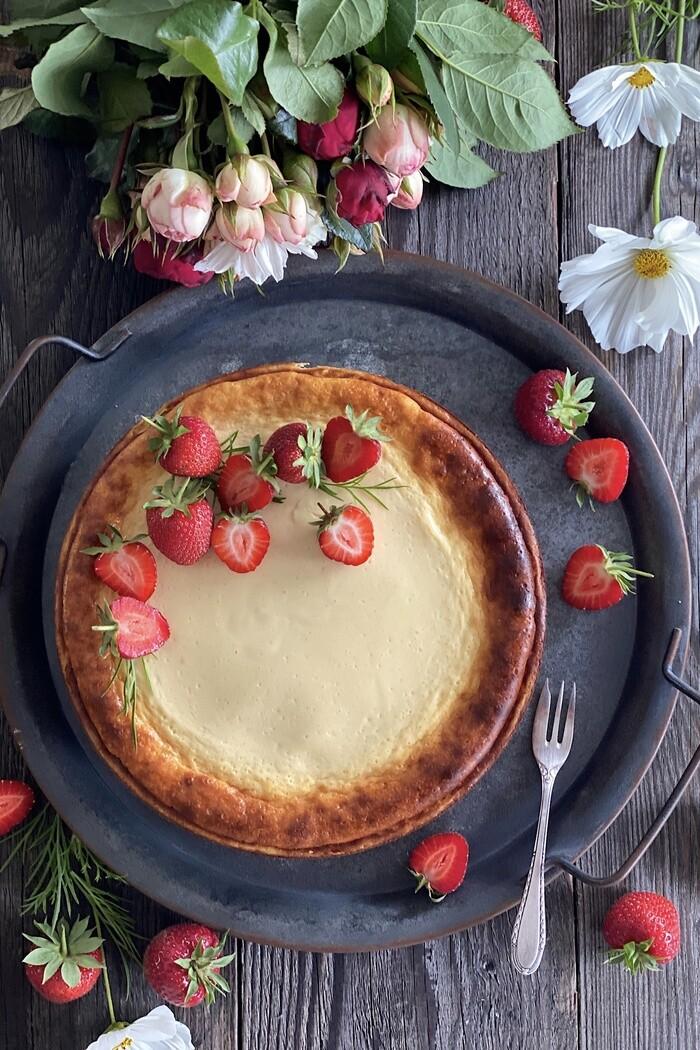 Käsekuchen trifft auf Schokorührteig mit frischen Erdbeeren