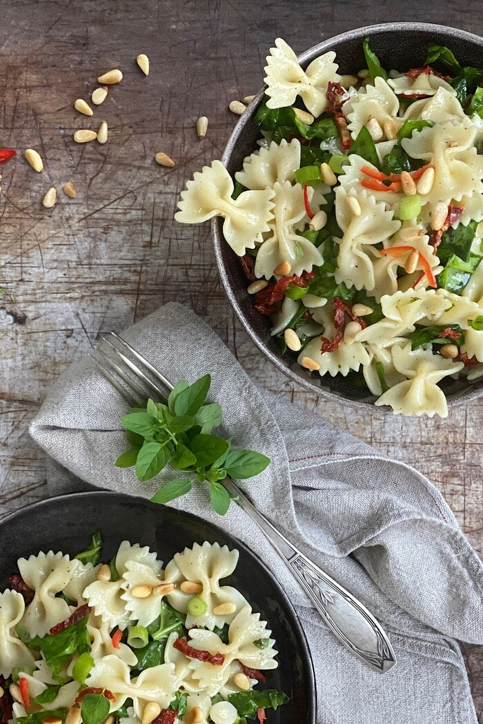 Farfallesalat mit getrockneten Tomaten & Spinat