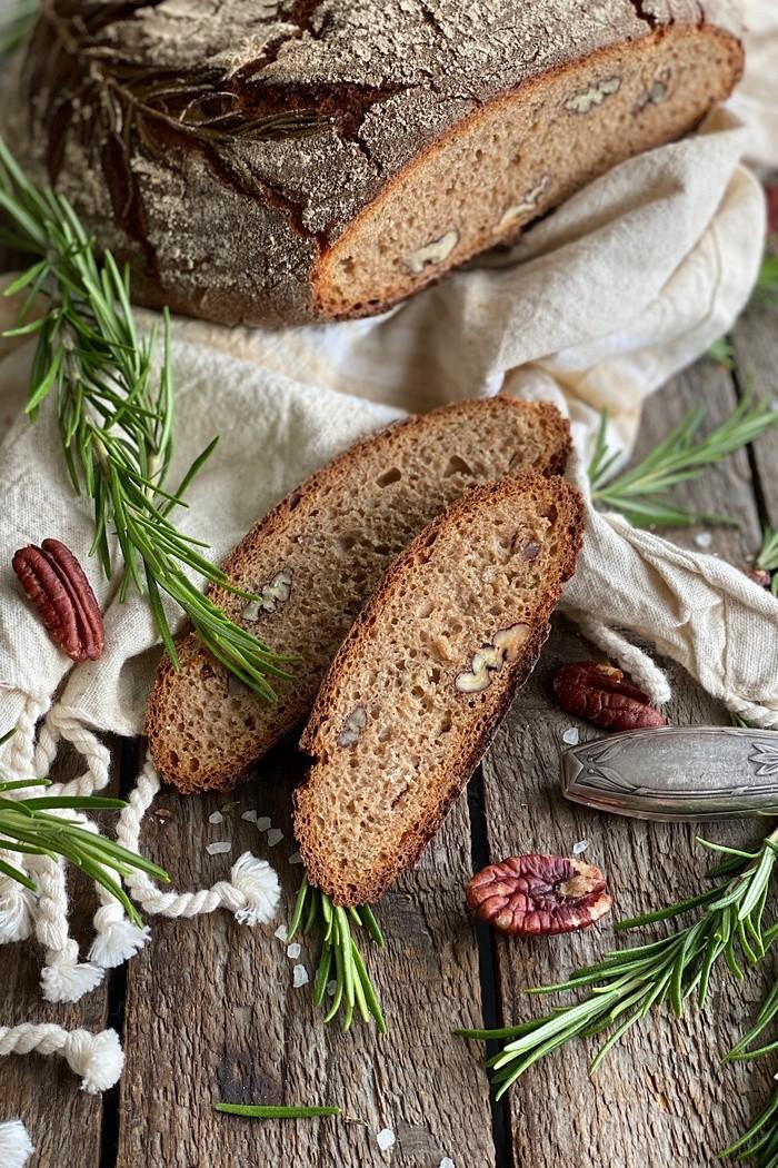 Rosmarinbrot mit Pekannüssen - knusprig & kräftig im Geschmack