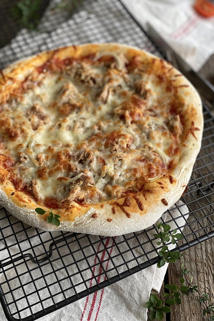 Pizza Tonno - Thunfisch Pizza knusprig & lecker