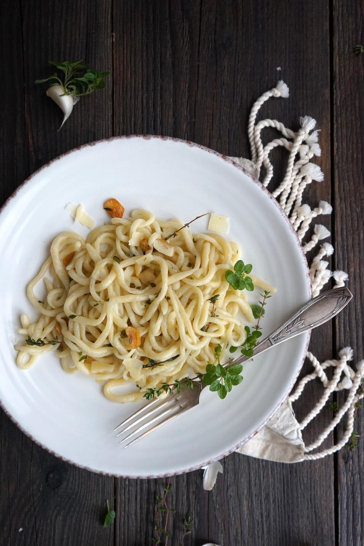 Handgerollte Pici Nudeln – in Knoblauch Soße