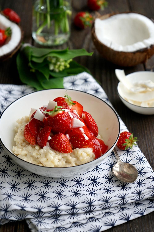 Kokosmilch Reis mit frischen Erdbeeren im Schälchen